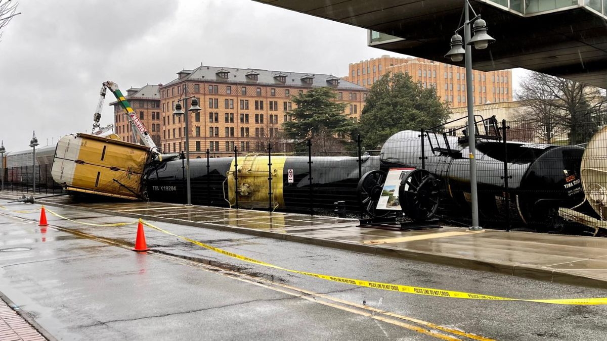Norfolk Southern crews have removed nine cars that derailed in downtown Roanoke early Wednesday.