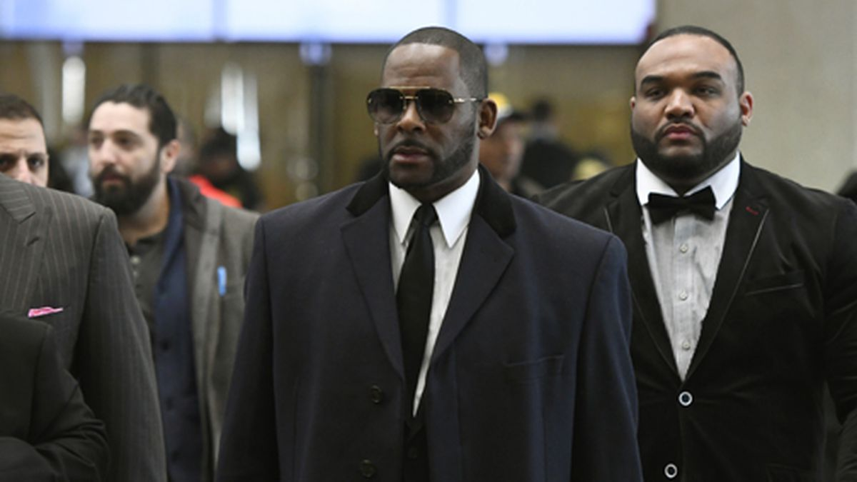 Musician R. Kelly, center, arrives at the Leighton Criminal Court building for a hearing...